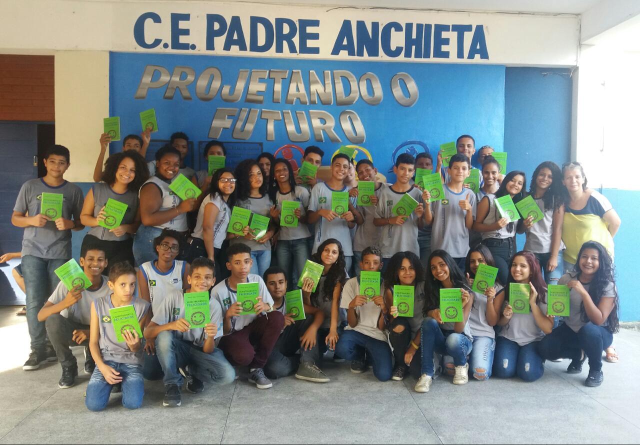 Alunos da escola pública CE Padre Anchieta com o livro Construindo a Felicidade